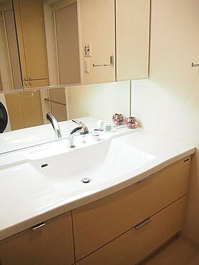 中古マンション-八王子市松木 ワイドタイプの洗面化粧台です。三面鏡タイプで鏡の裏は収納になっています。