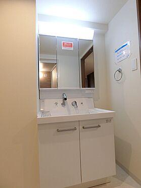 中古マンション-新潟市中央区南出来島2丁目 三面鏡でしっかり収納が取れた洗面化粧台
