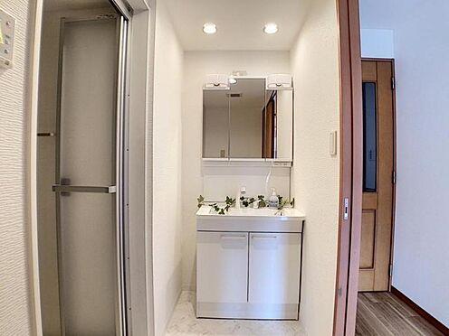 区分マンション-名古屋市中川区新家2丁目 リフォーム済みの三面鏡付洗面台です。