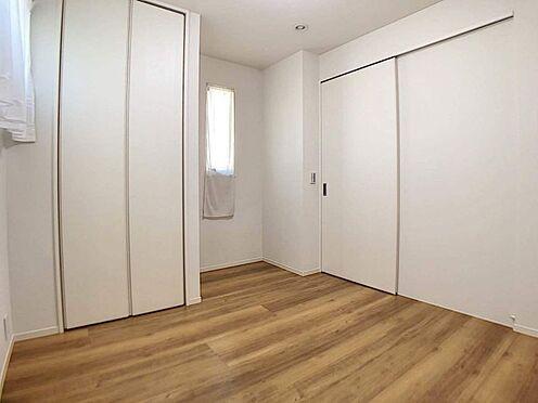戸建賃貸-名古屋市中村区岩塚町 家族一人ひとりの大切なプライベート空間。木目のフローリングが暖かみのある室内です。