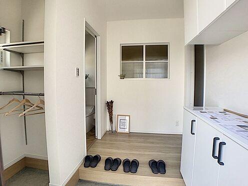戸建賃貸-西尾市吉良町木田祐言 玄関にはシューズボックス、SCL付き!しっかり収納できいつもキレイな玄関を保てます!