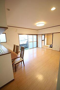 中古一戸建て-橿原市菖蒲町3丁目 和室と合わせて23帖の大きな空間。お客様が大勢いらしてもゆったりおくつろぎ頂けます。
