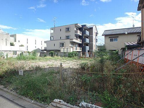 土地-京都市伏見区深草西出町 前面道路から見た本物件の写真です。最寄り駅は、京阪藤森駅から徒歩8分で、JR稲荷駅へ徒歩13分とアクセスは良好です。