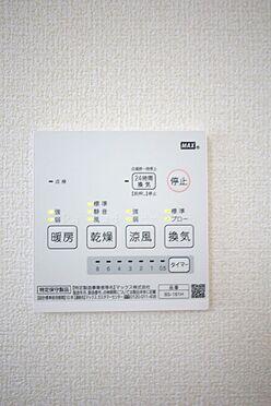 戸建賃貸-大和高田市大字吉井 雨の日のお洗濯に役立つ浴室乾燥機。浴室のカビ予防にも活躍します。