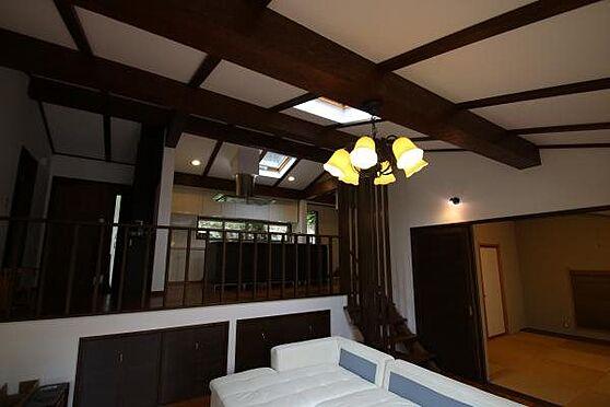 中古一戸建て-熱海市伊豆山 リビングダイニングから和室とキッチンの様子。