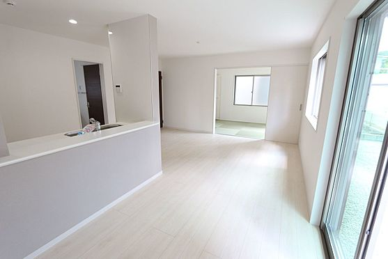 戸建賃貸-北葛城郡広陵町大字三吉 和室と合わせて24.5帖の大きな空間。ご家族の憩いの場にぴったりですね。お客様が大勢いらしてもゆったりおくつろぎ頂けます。(同仕様)
