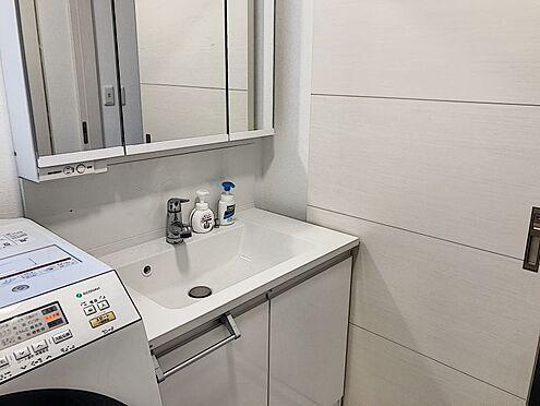 戸建賃貸-知多郡東浦町大字緒川字組田 窓付きの明るい洗面所!ワイドな鏡を備えた洗面化粧台で身支度も楽しいですね!