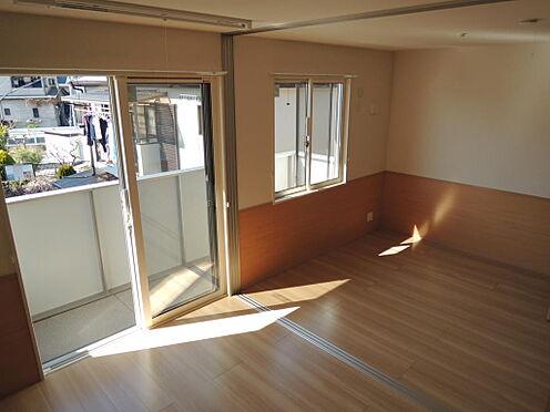 アパート-大東市北条2丁目 リビング 間仕切りトビラを開くと15帖になります