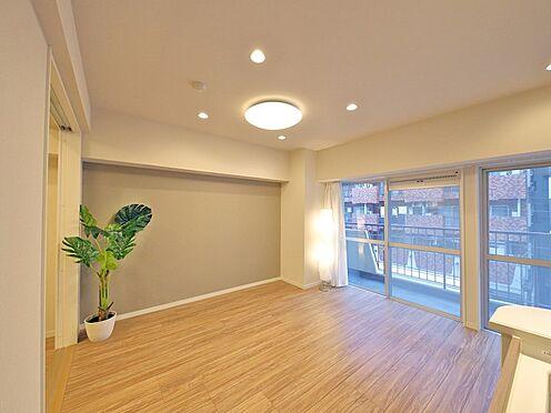 中古マンション-大田区大森北1丁目 【Living room】リビング全体に豊かな光と風をもたらす、オープンなバルコニーを採用しました。