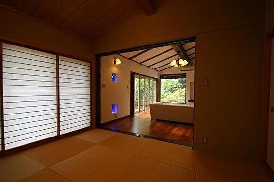 中古一戸建て-熱海市伊豆山 和室からリビングダイニング側を撮影。北向きですが採光が広いため室内に暗さは感じません。
