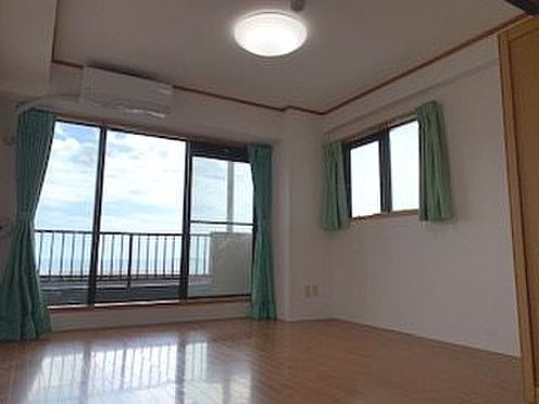 中古マンション-熱海市海光町 掃き出し窓部分の洋室。マンション内では希少な2面採光で、光を多く取り込みます。