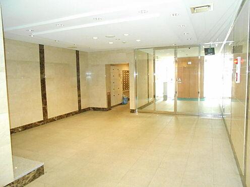 マンション(建物一部)-志木市本町5丁目 広々とした明るいエントランスホールの様子