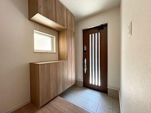 戸建賃貸-名古屋市中川区五女子町5丁目 陽射しが入り込んで明るい玄関☆収納力の高いシューズボックスもあります