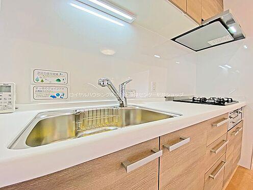 中古マンション-多摩市鶴牧3丁目 新規に交換されたシステムキッチン。3口コンロや浄水機一体型の水栓でお料理にかかる時間も短くなります。