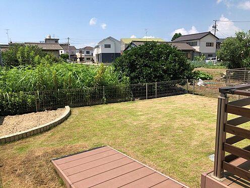 中古一戸建て-西尾市中畑町向野 ウッドデッキ付きのお庭。お子様の遊ぶ様子を見ながらウッドデッキでお洗濯物を干すこともできます。