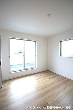戸建賃貸-橿原市膳夫町 洋室は全て2面採光。明るさを確保し、風通しも問題ありません。