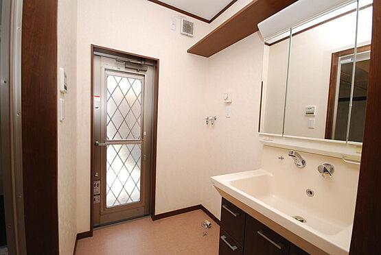 店舗付住宅(建物全部)-さいたま市北区日進町3丁目 洗面室に、勝手口があります。洗面化粧台も綺麗な状態です。洗濯機には、浴槽のお湯が洗濯機に使えるようになっています(蛇口が2つあるのはそのためです)