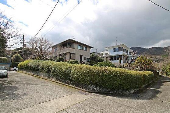 中古一戸建て-熱海市伊豆山 日当たりが確保された角地で周囲の目線もさほど気になりません。