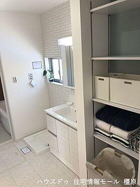 戸建賃貸-橿原市膳夫町 洗面室にも収納棚を配置しました。タオルや日用品の定位置にぴったりですね。