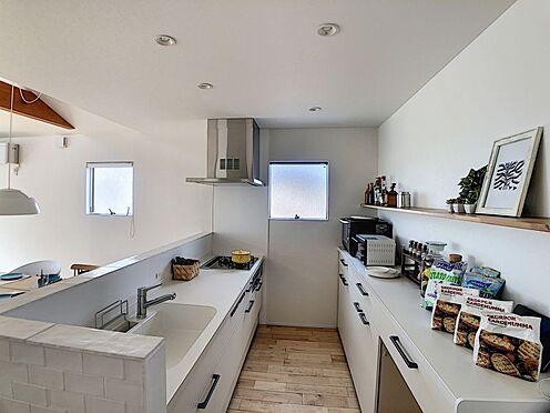 中古一戸建て-名古屋市中川区野田2丁目 白を基調とした明るいキッチン!対面式でご家族と顔を見て家事をすることが可能。食洗器付き!