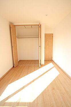 新築一戸建て-大和高田市大字有井 2階洋室には全てクローゼットがございます。沢山の衣類や小物もすっきり整理できますね。(同仕様)