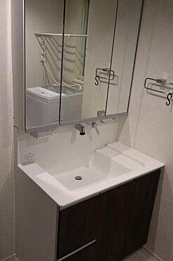中古一戸建て-日進市岩崎町元井ゲ ワイドな鏡を備えた洗面化粧台