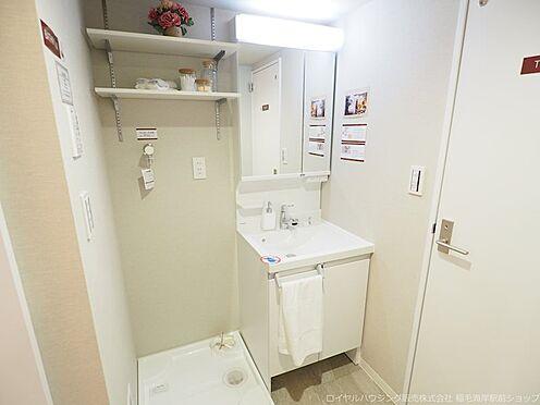 区分マンション-千葉市美浜区高浜4丁目 収納棚も備えた洗面スペースです!