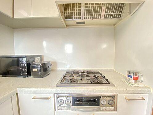 区分マンション-東海市横須賀町狐塚 作業スペースを確保しやすいL字型キッチン。3口コンロで料理もはかどります!