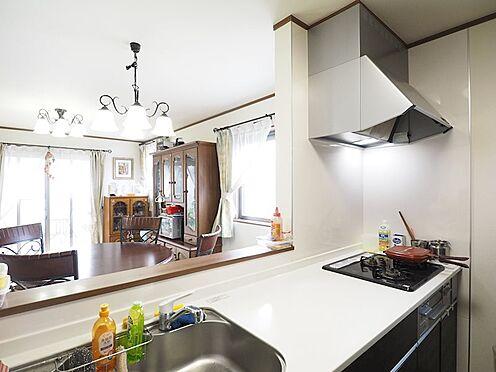 中古一戸建て-江戸川区東葛西3丁目 吊戸棚を背面に設置した、とても開放感のあるキッチンです。