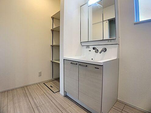 新築一戸建て-豊田市永覚新町1丁目 水ハネを防止する一体型のカウンター。散らかりがちな洗面台もすっきりと収納できるスペースがあります。