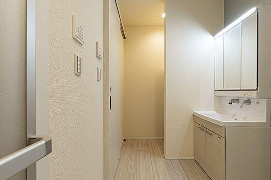 戸建賃貸-西尾市戸ケ崎3丁目 水ハネを防止する一体型のカウンター。たっぷりの収納スペースですっきり片付きます。(同仕様)