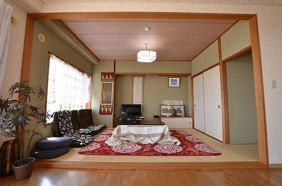 リゾートマンション-熱海市熱海 通常あるリビングと併設してある和室の壁は取り払っていあります。