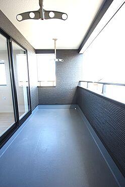 新築一戸建て-大和高田市南今里町 屋根があり、突然の雨でもお洗濯物を濡らす心配はありません。