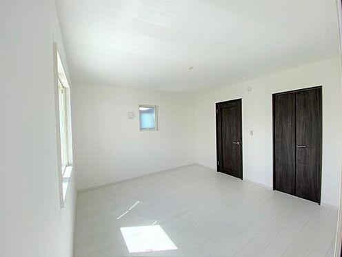 中古一戸建て-日進市岩崎町野田 主寝室は8帖超えで大きなベッドを置いても安心です。
