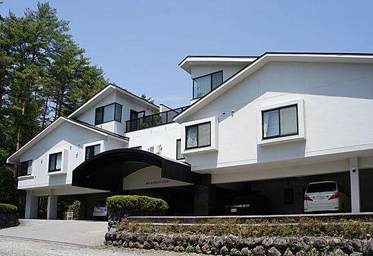 中古マンション-北佐久郡軽井沢町大字長倉 千ヶ滝エリアの白亜のマンションです。