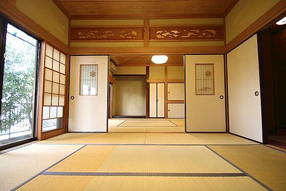 中古一戸建て-熱海市伊豆山 仕切りを外すと広さ18畳にもなる和室は南西側に開口部を確保しております。