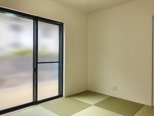 戸建賃貸-半田市新池町2丁目 リビング隣の和室は、趣ある安らぎ空間。来訪時や家事スペースとしても重宝します。(同仕様)