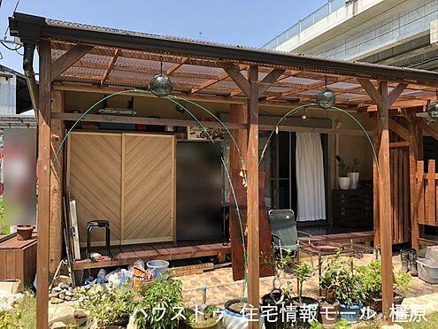 戸建賃貸-桜井市大字粟殿 リビング前にはウッドデッキをもうけております。広々としたお庭はお子様の遊び場やガーデニングスペースとしてご利用下さい。