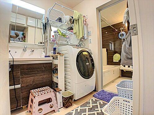 戸建賃貸-碧南市緑町4丁目 女性に嬉しい三面鏡の洗面化粧台は小物収納も豊富です。