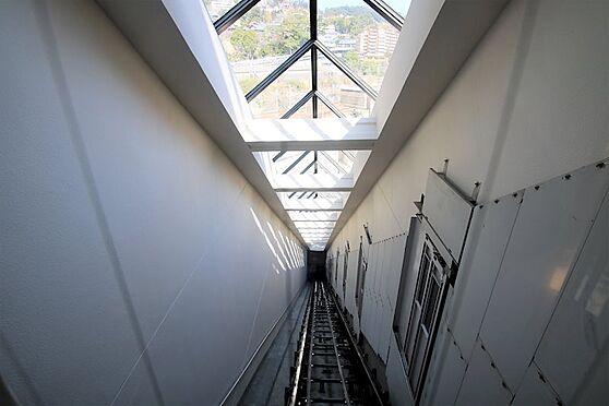 リゾートマンション-熱海市咲見町 斜行エレベーター:こちらのエレベーターで熱海の街並みを眺めながら対象住戸に向かいます。