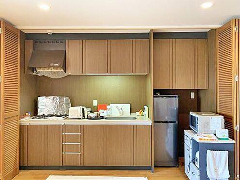 中古マンション-伊東市富戸 ≪キッチン≫ キッチン両側には扉が設置されていて...