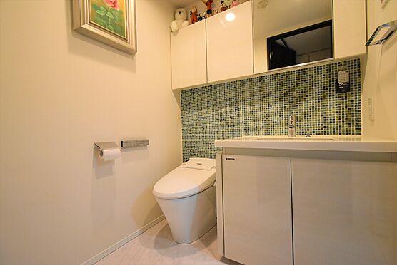 中古マンション-中央区八丁堀2丁目 洗面化粧台とトイレを同スペースにまとめたホテルライクなパウダールーム