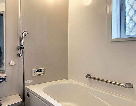 戸建賃貸-豊田市花園町塩倉 浴室は湿気がたまりやすく、換気扇だけではどうしてもカビが出てしまいやすい場所。窓があるだけで、あっという間に換気ができますのでお風呂のカビお掃除も気持ちが良いです。