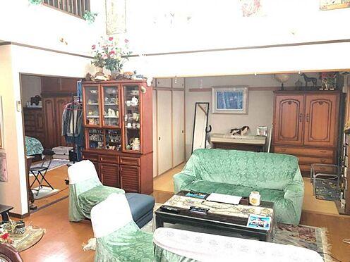 中古マンション-豊田市寿町7丁目 吹抜けがあり、開放感のあるリビングです。