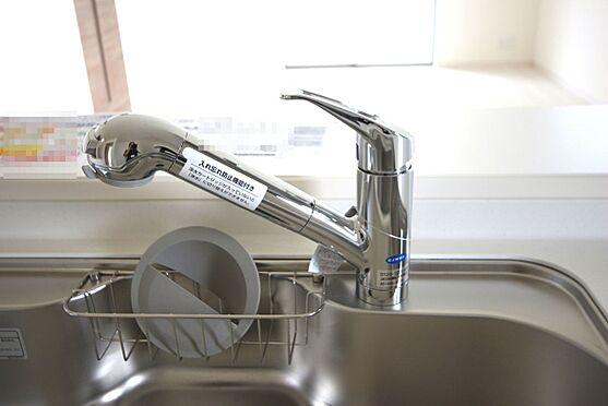 戸建賃貸-大和高田市大字吉井 水栓一体型の浄水器を設置。場所を取らずにきれいな水がいつでも利用できます
