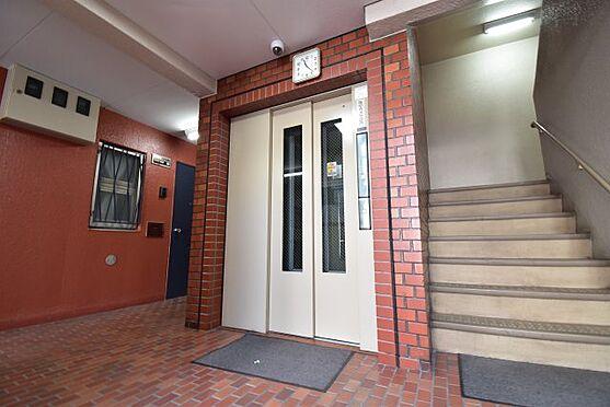 中古マンション-荒川区西日暮里6丁目 整備されたエレベーター、階段回り