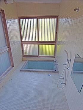 中古一戸建て-伊東市八幡野 ≪浴室≫ タイル貼りで清潔な雰囲気。温泉が楽しめます
