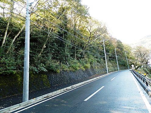 土地-熱海市泉元宮上分 北西側の前面道路は県道伊豆山2号線です。道路幅員は10mを超えています。