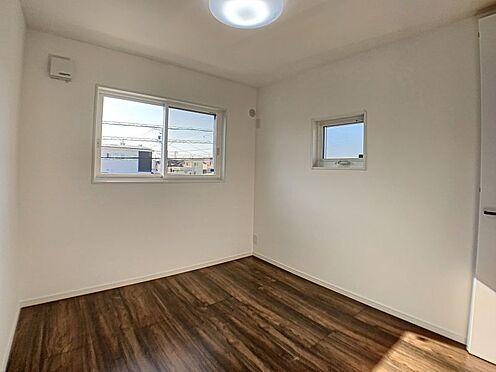 新築一戸建て-西尾市住崎2丁目 二面採光の明るい洋室。採光の良い洋室はのんびりと寛げる空間。