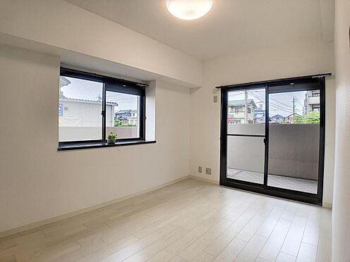 中古マンション-安城市三河安城本町2丁目 白を基調とした明るい洋室。